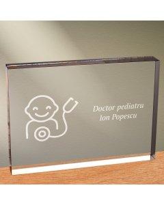 Cadou personalizat trofeu plexiglas dreptunghiular - Doctor pediatru | Ghizbi.ro