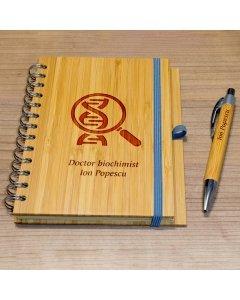 Cadou personalizat agenda si pix din lemn - Doctor biochimist | Ghizbi.ro