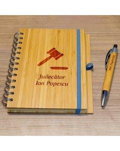 Cadou personalizat agenda si pix din lemn - Judecator | Ghizbi.ro