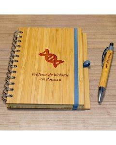 Cadou personalizat agenda si pix din lemn - Profesor de biologie | Ghizbi.ro