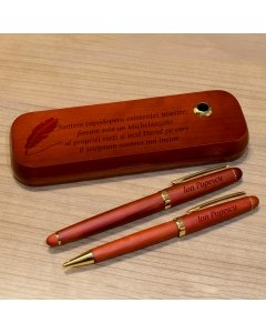 Cadou personalizat set instrumente de scris din lemn trandafir - Suntem capodopera existentei noastre