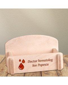 Cadou personalizat suport carti de vizita din lemn - Doctor hematolog