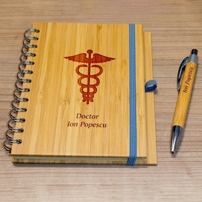Cadou personalizat agenda si pix din lemn - Doctor
