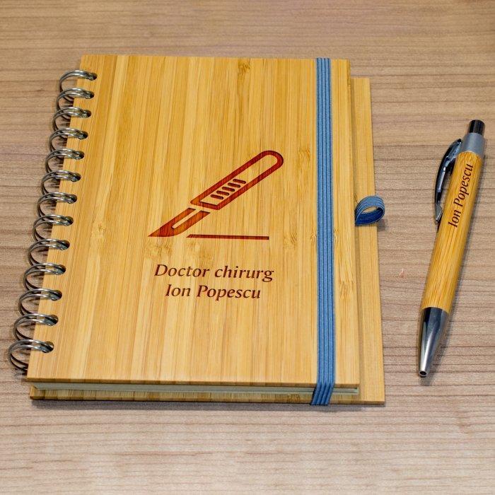 Cadou personalizat agenda si pix din lemn - Doctor chirurg