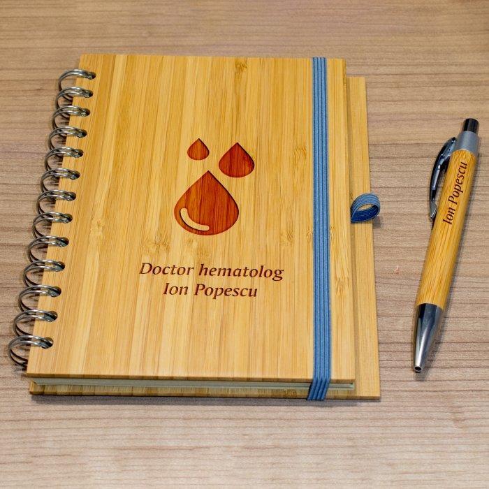 Cadou personalizat agenda si pix din lemn - Doctor hematolog