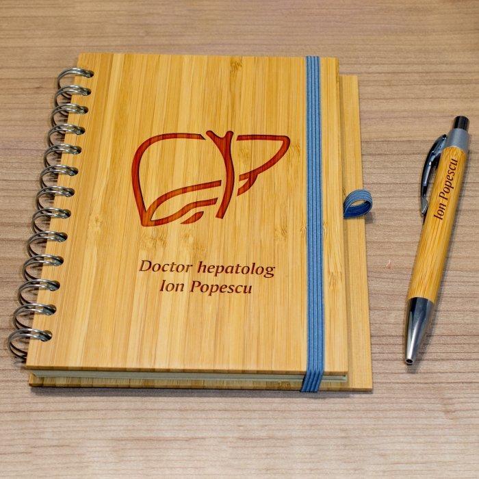 Cadou personalizat agenda si pix din lemn - Doctor hepatolog