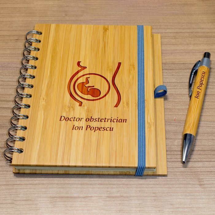 Cadou personalizat agenda si pix din lemn - Doctor obstetrician