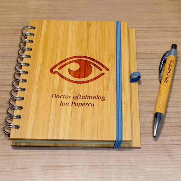 Cadou personalizat agenda si pix din lemn - Doctor oftalmolog