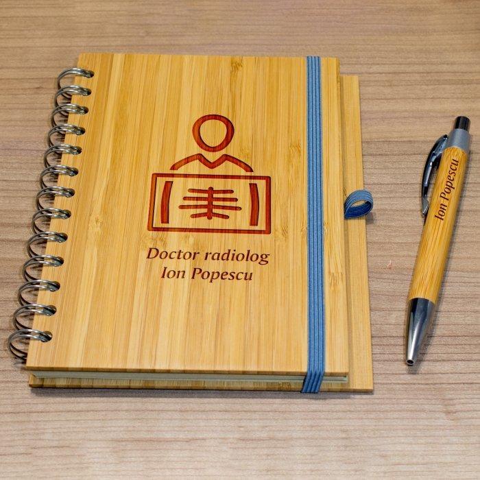 Cadou personalizat agenda si pix din lemn - Doctor radiolog