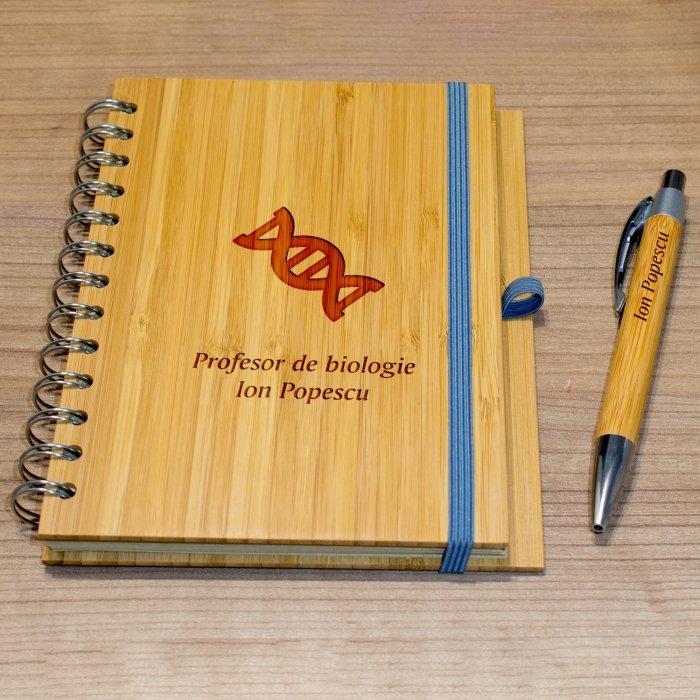 Cadou personalizat agenda si pix din lemn - Profesor de biologie