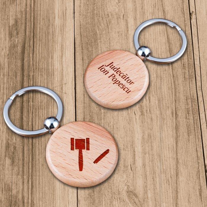 Cadou personalizat breloc din lemn - Judecator