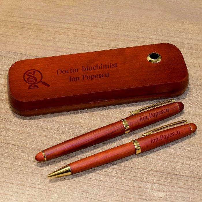 Cadou personalizat set instrumente de scris din palisandru - Doctor biochimist