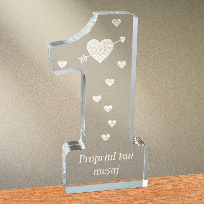 Cadou personalizat trofeu plexiglas cifra inimi - Indragostit