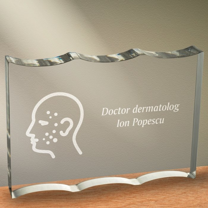 Cadou personalizat trofeu plexiglas ondulat - Doctor dermatolog